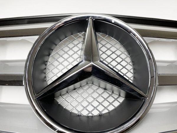 Решетка радиатора Mercedes W204 в стиле серебристого цвета