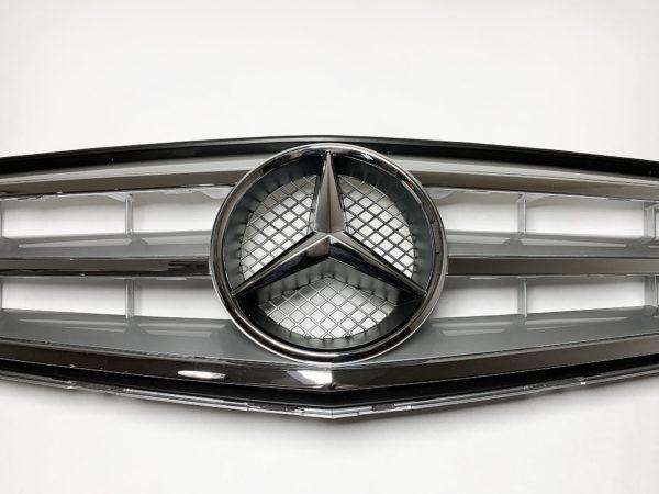 Решетка радиатора Mercedes W204 серебристого цвета
