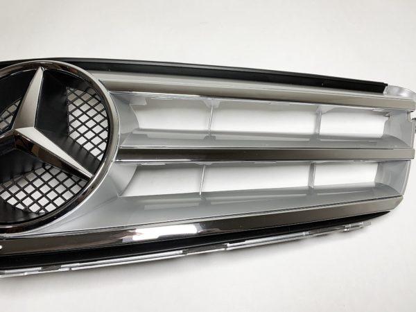 Решетка радиатора Mercedes серебристого цвета